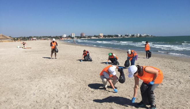 Foto: Lipsă de bun simţ şi indiferenţă.  Plajele din Constanţa, pline de gunoaie