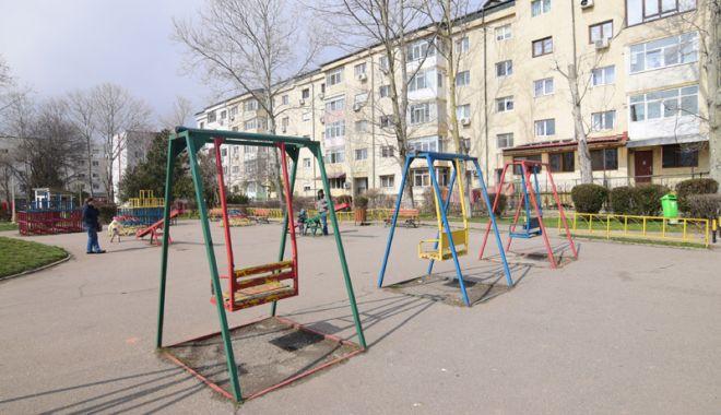 """Foto: """"Oraşul fără spaţii de recreere pentru copii""""!  Locurile de joacă, reabilitate pe rând şi pe bucăţele"""