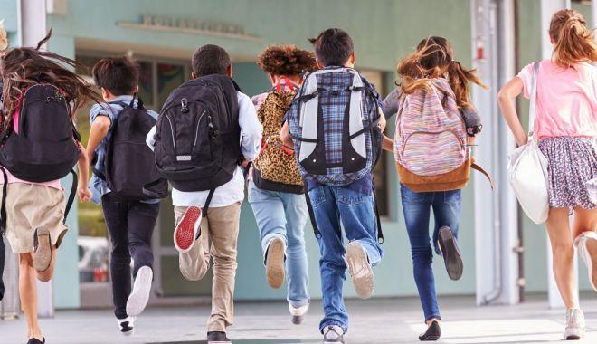Foto: Mai puține ore la școală! Tăiem programele, tăiem posturile sau facem after school?
