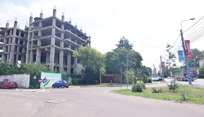 O singură Mamaie, două lumi. Clădiri abandonate şi afaceri înfloritoare - fotofondmamaiacladiriabandonate1-1532451798.jpg