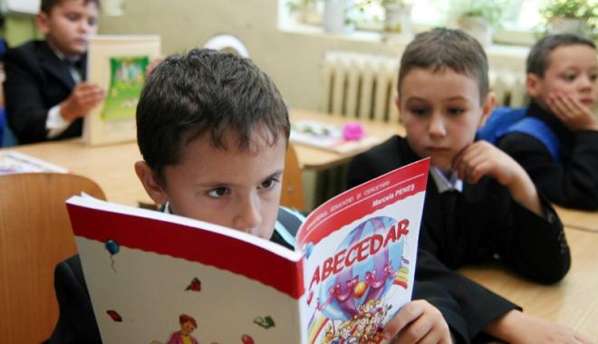 Foto: Revine manualul unic. Ministrul Educaţiei face demersuri pentru ca fiecare materie să aibă un singur manual