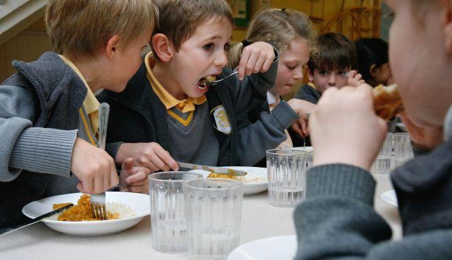 Foto: Cu burțile goale la școală! Cornul și laptele înlocuiesc masa caldă pentru elevi