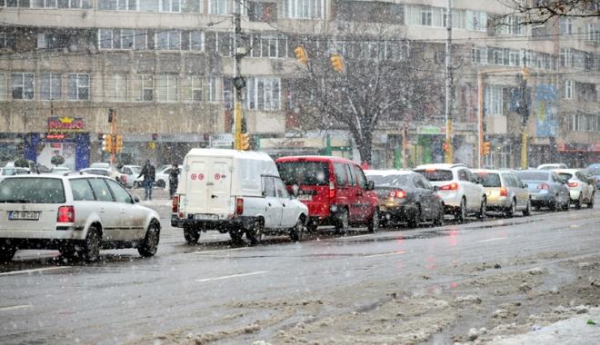 Foto: Circulaţie pe timp de iarnă. Atenţie sporită dacă porniţi la drum!