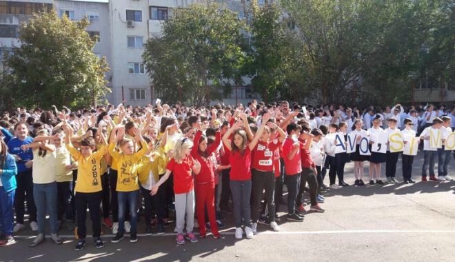 O rachetă de tenis vie pentru  Simona Halep! Elevii Şcolii nr. 30  au sărbătorit reuşita colegei lor mai mari - fotofondorachetadetenisvie1-1507900131.jpg