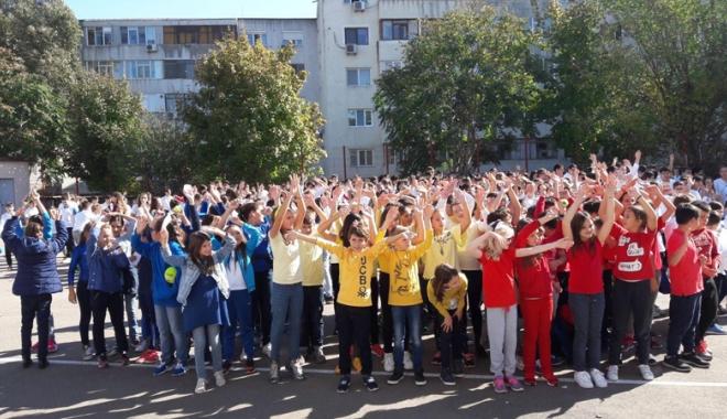 O rachetă de tenis vie pentru  Simona Halep! Elevii Şcolii nr. 30  au sărbătorit reuşita colegei lor mai mari - fotofondorachetadetenisvie2-1507900152.jpg