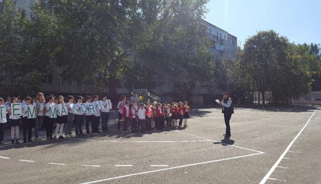 O rachetă de tenis vie pentru  Simona Halep! Elevii Şcolii nr. 30  au sărbătorit reuşita colegei lor mai mari - fotofondorachetadetenisvie3-1507900169.jpg