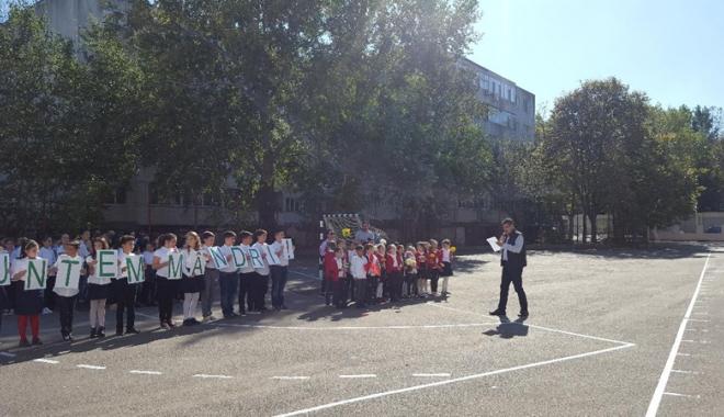 O rachetă de tenis vie pentru  Simona Halep! Elevii Şcolii nr. 30  au sărbătorit reuşita colegei lor mai mari - fotofondorachetadetenisvie4-1507900182.jpg