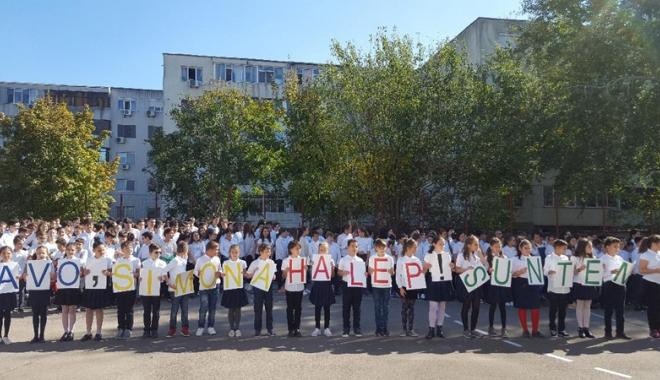 O rachetă de tenis vie pentru  Simona Halep! Elevii Şcolii nr. 30  au sărbătorit reuşita colegei lor mai mari - fotofondorachetadetenisvie5-1507900195.jpg