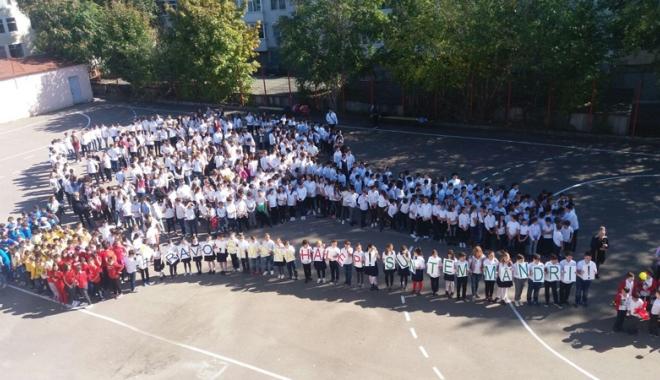 O rachetă de tenis vie pentru  Simona Halep! Elevii Şcolii nr. 30  au sărbătorit reuşita colegei lor mai mari - fotofondorachetadetenisvie8-1507900213.jpg
