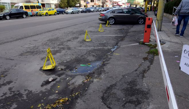 """Foto: Dispar ţăruşii şi lanţurile. """"Locurile de parcare nu sunt proprietate privată!"""""""