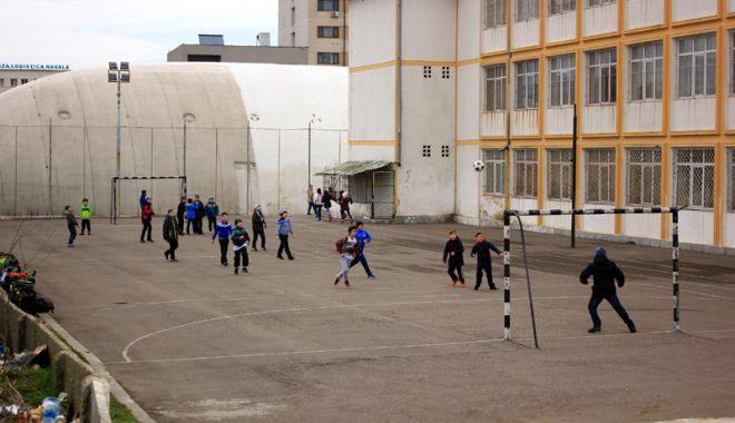 Elevii constănţeni s-au mobilizat. Petiţie online pentru ca Primăria Constanţa să asigure paza şcolilor - fotofondpazascolielevi4-1527089252.jpg