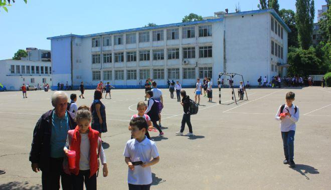 Elevii constănţeni s-au mobilizat. Petiţie online pentru ca Primăria Constanţa să asigure paza şcolilor - fotofondpazascolielevi5-1527089265.jpg
