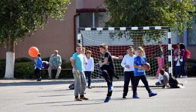 Elevii constănţeni s-au mobilizat. Petiţie online pentru ca Primăria Constanţa să asigure paza şcolilor - fotofondpazascolielevi6-1527089273.jpg