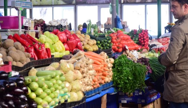 """Foto: Cum ne păcălesc tarabagiii cu fructe şi legume """"româneşti"""", cumpărate din import"""