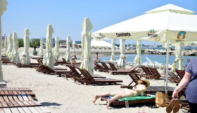 Foto: Şezlongurile cuceresc plajele. Chiriaşii nu mai au restricţii să facă bani de pe porţiunile înnisipate