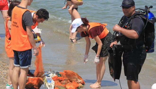 Foto: Plaje sufocate de plastic pe litoralul românesc! Cel mai murdar nisip, la Constanţa