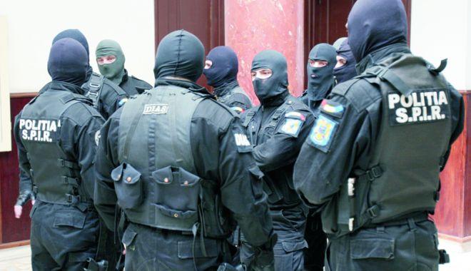 Foto: Poliţiştii, pe urma drogurilor din Vama Veche. 17 persoane cercetate
