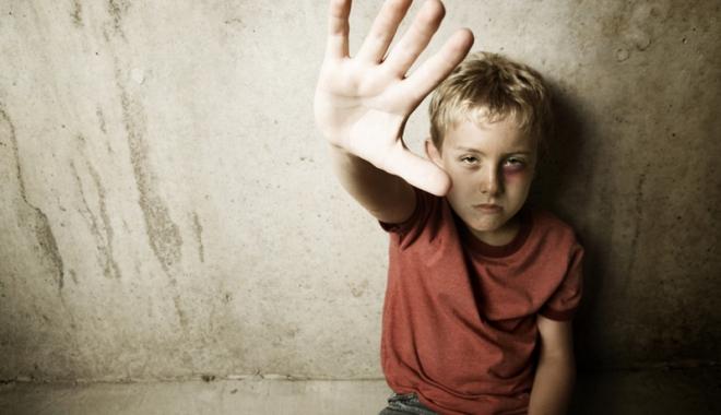 Poveşti triste ale copiilor abuzaţi care sună la Telefonul Copiilor: