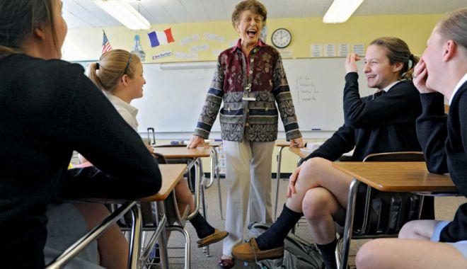 Foto: La catedră, până la 68 de ani. Profesoarele pot rămâne în învăţământ încă trei ani după pensionare