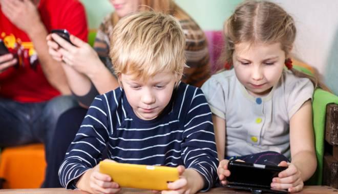 Foto: Telefoanele mobile şi tabletele  ne distrug creierul încet, dar sigur
