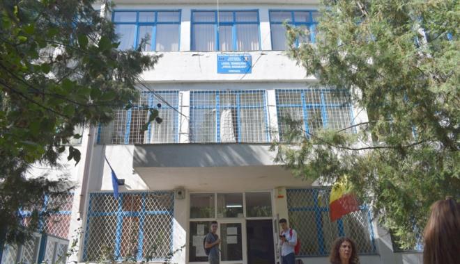 """Foto: Scandal la Liceul """"Madgearu"""". Profesorii cer demiterea directorului Camelia Marcu"""
