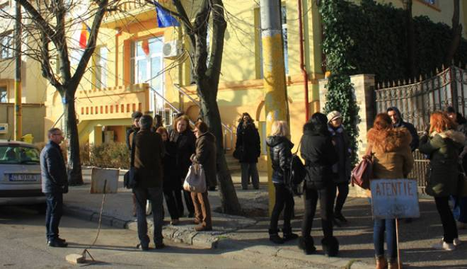 """Foto: Scandal la Şcoala """"Gheorghe Ţiţeica"""" din Constanţa. ISJ Constanţa face, Consiliul Local desface"""