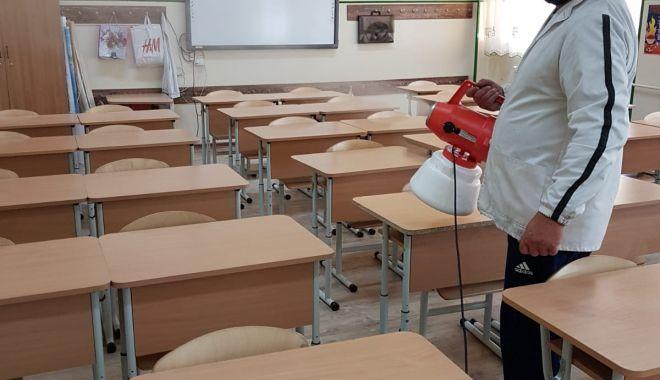 Elevii de-a VIII-a și a XII-a se întorc la școală!