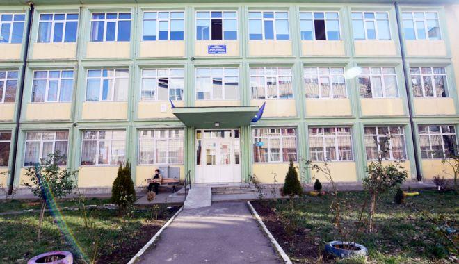 """Foto: Elevii din Constanţa presează autorităţile locale să le asigure paza în şcoli. """"Primăria alege să ignore legea!"""""""