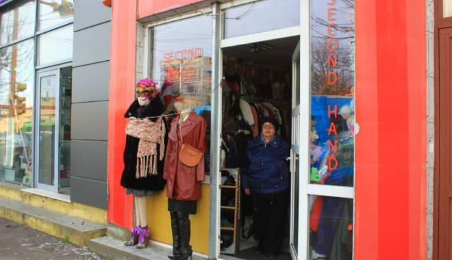 """Foto: Magazinele second-hand au invadat Constanţa. Cine se îmbracă de la """"mâna a doua"""""""