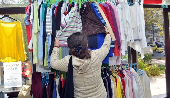 Foto: Cum să-ţi iei haine de firmă, la preţuri imbatabile. Ruşinea nu ţine la etichetă