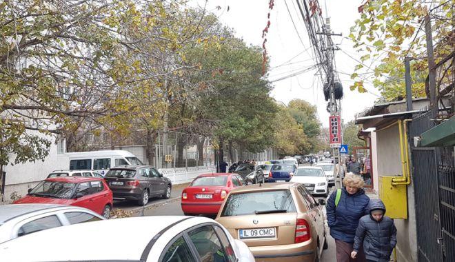 """Foto: Strada """"plângerii"""" din Constanţa.  Fără trotuare, fără parcare, fără soluţii…"""