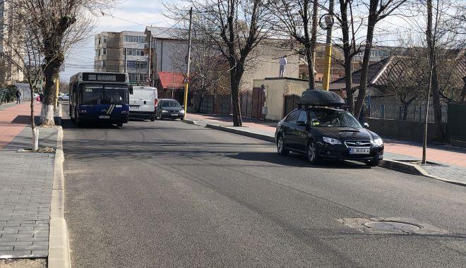 """Haos pe strada Pandurului. Maşinile parcate pe carosabil, trotuarele pavate goale. """"Cine plăteşte risipa?"""" - fotofondstradapandurului14-1552340681.jpg"""