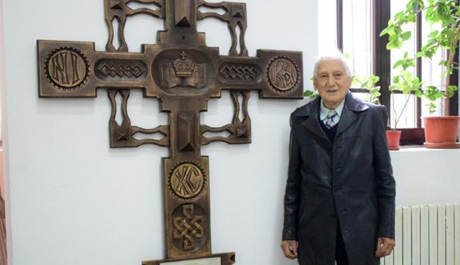 """Foto: Profesorul Traian Petcu, donaţie către Colegiul """"Mircea cel Bătrân"""". """"Este un monument în cinstea profesorilor şi elevilor liceului!"""""""