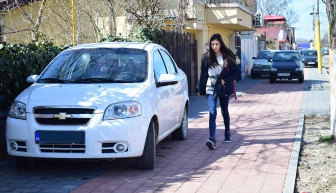 Trotuare pavate în toate cartierele Constanţei şi stâlpi pentru oprirea urcării maşinilor pe ele - fotofondtrotuare1-1491235909.jpg