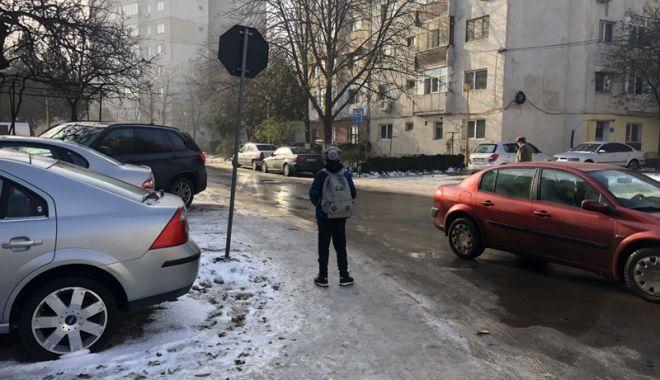 Coşmarul pietonilor. Trotuarele, acoperite cu gheaţă, Poliţia nu a dat nicio amendă - fotofondtrotuare2-1543856571.jpg