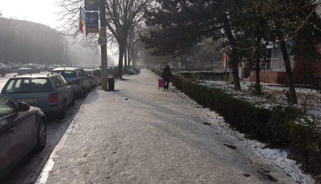 Coşmarul pietonilor. Trotuarele, acoperite cu gheaţă, Poliţia nu a dat nicio amendă - fotofondtrotuare7-1543856632.jpg