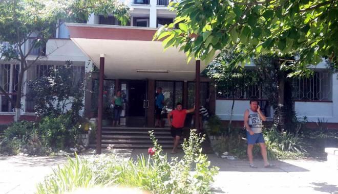 Foto: Vacanţă cu peripeţii la Eforie Nord. Zeci de turişti, lăsaţi fără camere la hotel