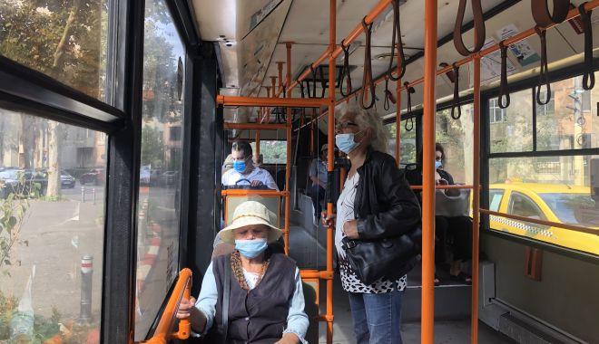 Foto: Vârstnicii constănţeni, greu de convins să stea la distanţă şi să poarte corect masca de protecţie