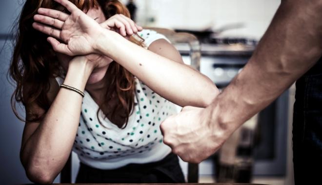 Foto: Femeie de 51 de ani, agresată de concubinul cu 11 ani mai tânăr! Poliţia Constanţa a emis ordin de protecţie