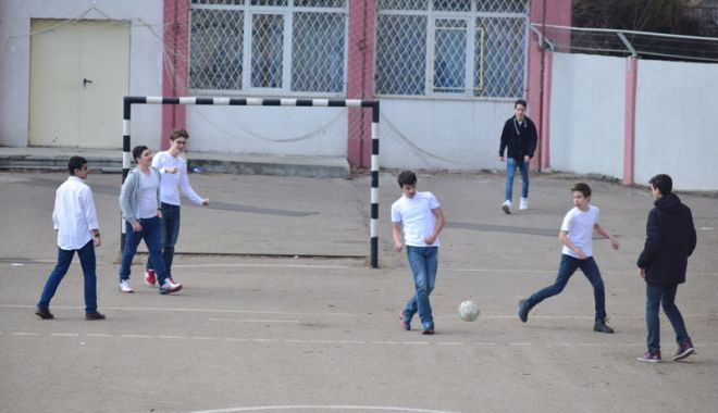 Foto: Val de violenţe în şcolile din Constanţa. Elevii cer autorităţilor locale să asigure paza unităţilor de învăţământ