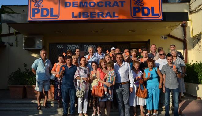 Peste 700 de persoane din PDL și-au primit carnetele de partid - fotopdlconstanta6august-1375876957.jpg