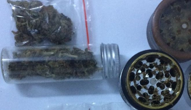 Foto: Prinşi cu droguri, la Constanţa. Indivizii aveau asupra lor întregul arsenal cu care produceau jointurile