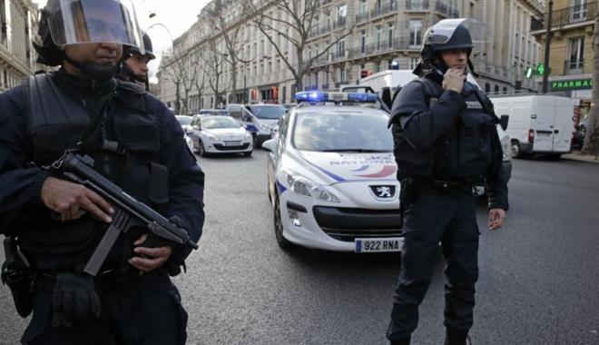 Foto: Atac la Paris. Două persoane ucise de un individ înarmat cu un cuţit
