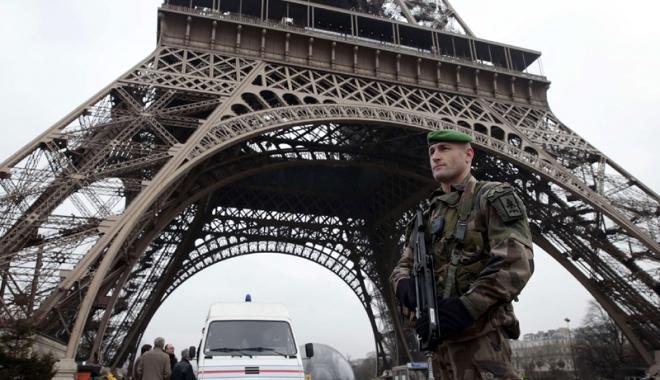 Foto: Turnul Eiffel, protejat de un zid de sticlă anti-glonţ