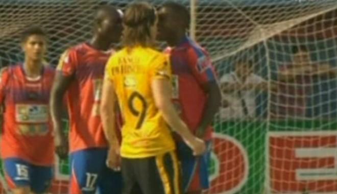Foto: VIDEO. Incident ŞOCANT la un meci de fotbal. ŞI-A MUŞCAT adversarul DE NAS!