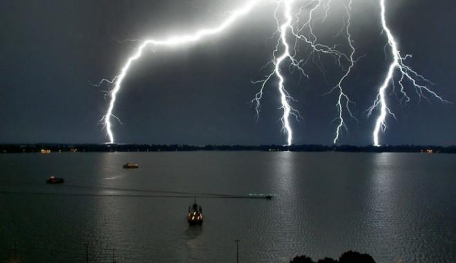 Foto: VIJELII ŞI PLOI CU TUNETE ŞI FULGERE LA CONSTANŢA. Meteorologii au emis COD PORTOCALIU