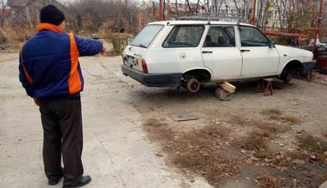 Foto: Furau Dacii şi le dezmembrau la un centru de fier vechi