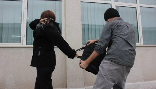 Foto: Femei şi bărbaţi din Constanţa, tâlhăriţi de minori
