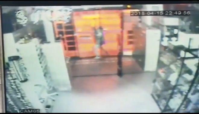 """Foto: VIDEO! Cum a încercat un constănţean să """"spargă"""" un centru comercial"""