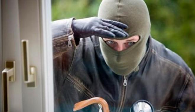 Foto: Arestaţi pentru jefuirea unei locuinţe